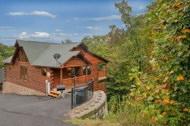 4 King Bedrooms, 3 Baths, Easy To Access Cabin With A Hot Tub In A Resort.
