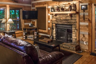 Quaint cabin, 1 mile to parkway with hot tub, fireplace and free WIFI