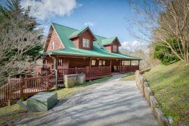 Roomy cabin, close to Dollywood, with hot tub and pool table