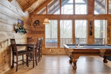 Lovely cabin with hot tub, pool table, and fireplace; ideal for a couples retreat