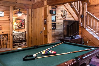 Secluded cabin with fireplace, pool table, hot tub and fire-pit