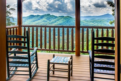 Exceptional cabin with 3 decks, outdoor patio, pool table, fireplaces and hot tub