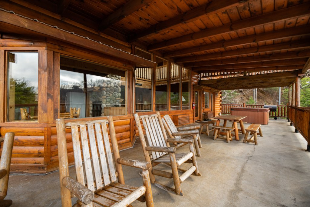 Photo of a Sevierville Cabin named Treetop Oasis #56 - This is the twenty-fifth photo in the set.
