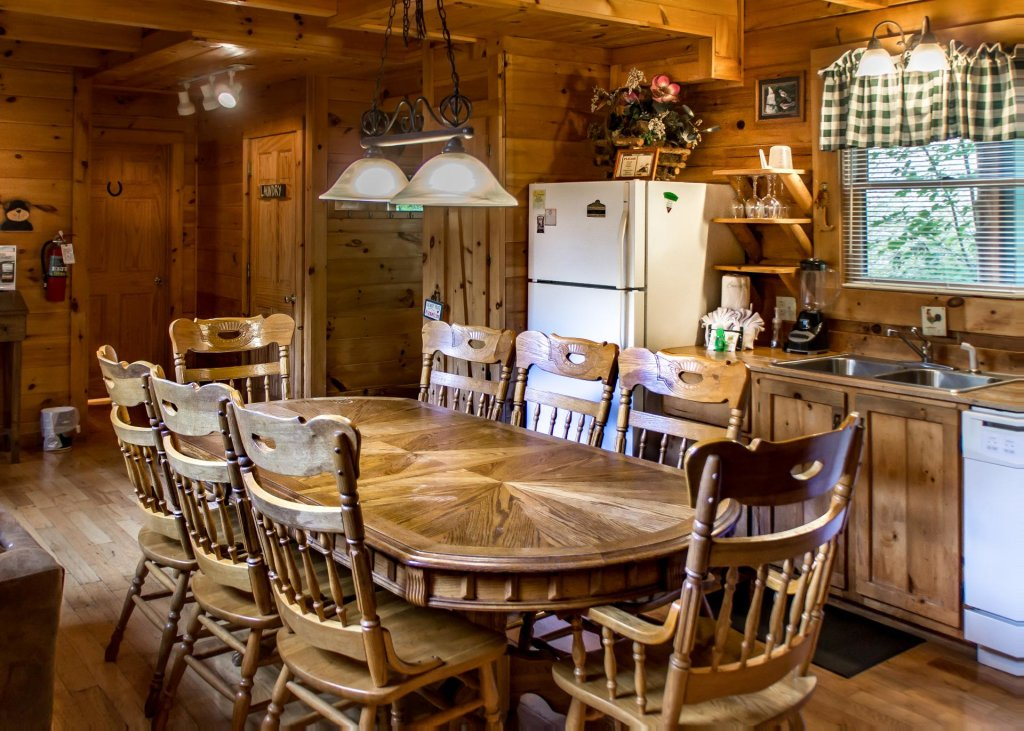 Photo of a Sevierville Cabin named Hoot 'n Hollar #31 - This is the second photo in the set.