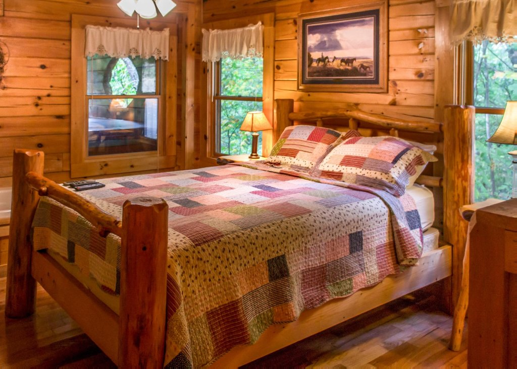Photo of a Sevierville Cabin named Hoot 'n Hollar #31 - This is the sixth photo in the set.