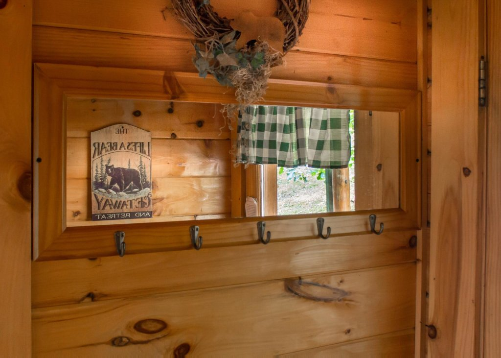 Photo of a Sevierville Cabin named Hoot 'n Hollar #31 - This is the twenty-fifth photo in the set.