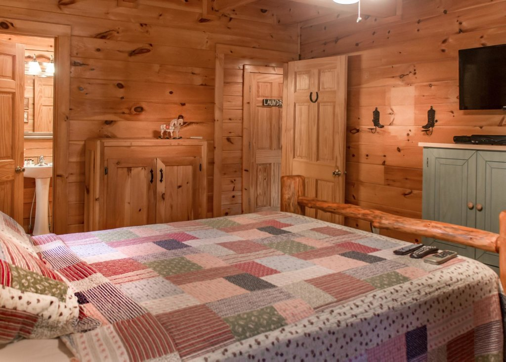 Photo of a Sevierville Cabin named Hoot 'n Hollar #31 - This is the thirteenth photo in the set.