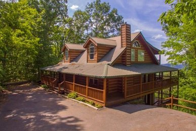5 Bedroom, 3.5 Bath Custom Built Deluxe Cabin For 16 With An Amazing Deck.