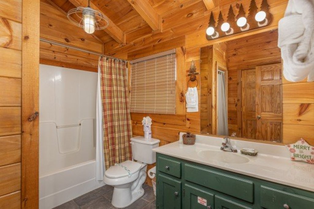 Photo of a Pigeon Forge Cabin named Cold Creek Camp - This is the sixteenth photo in the set.