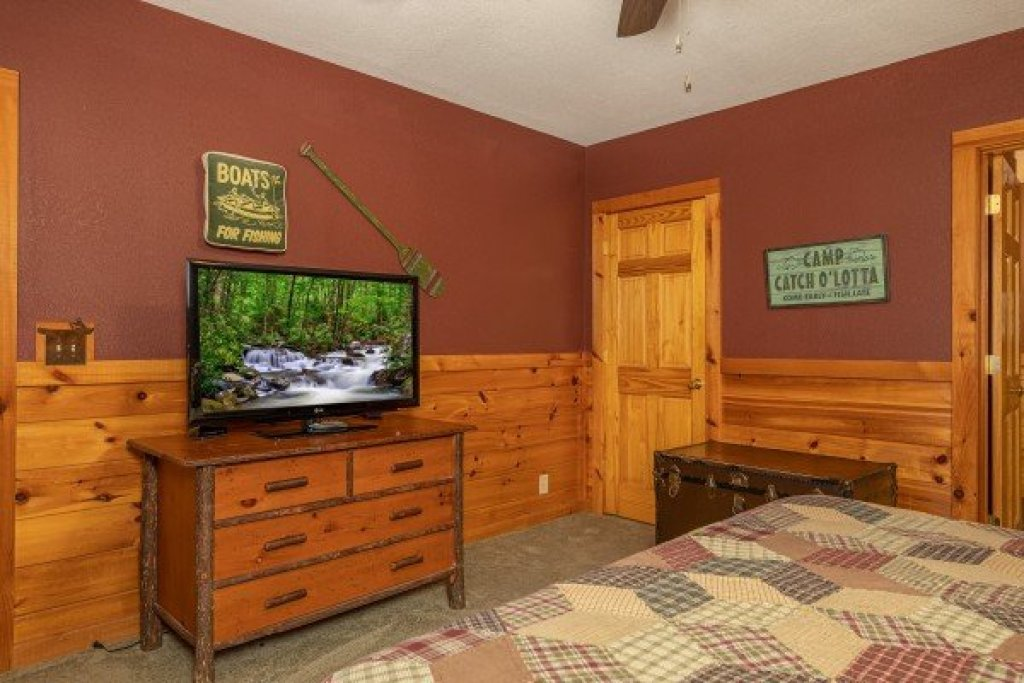 Photo of a Pigeon Forge Cabin named Cold Creek Camp - This is the twenty-fourth photo in the set.