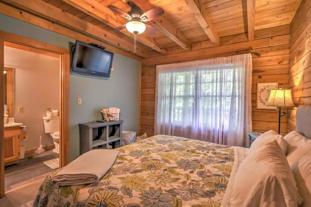 Photo of a Pigeon Forge Cabin named  R Tribe's Treehouse - This is the sixteenth photo in the set.