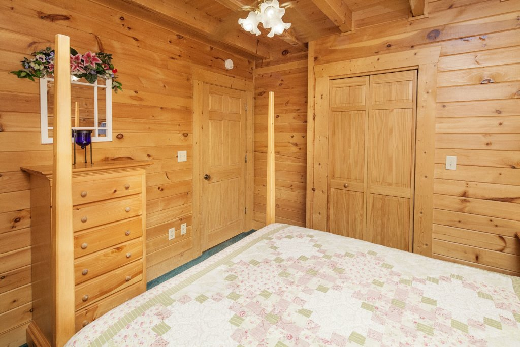 Photo of a Pigeon Forge Cabin named  Red Bird Haven - This is the twelfth photo in the set.