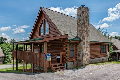 2 Bedroom, 2 Bath Deluxe Cabin For 6 Close To Town With A Hot Tub & Game Room.