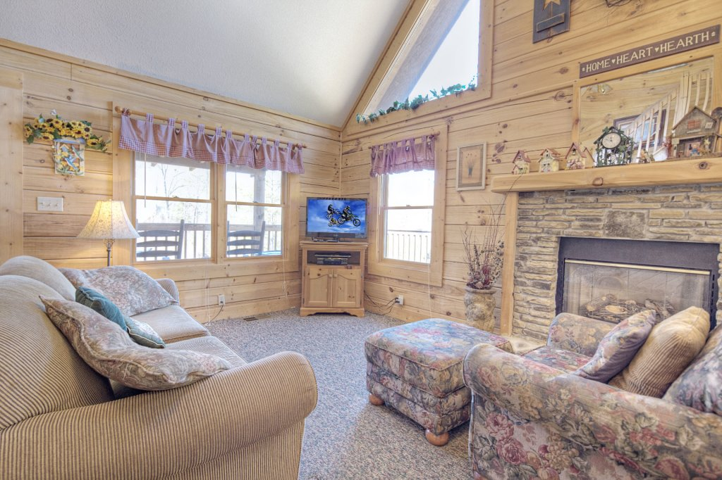 Photo of a Pigeon Forge Cabin named  Sleepy Bear - This is the second photo in the set.