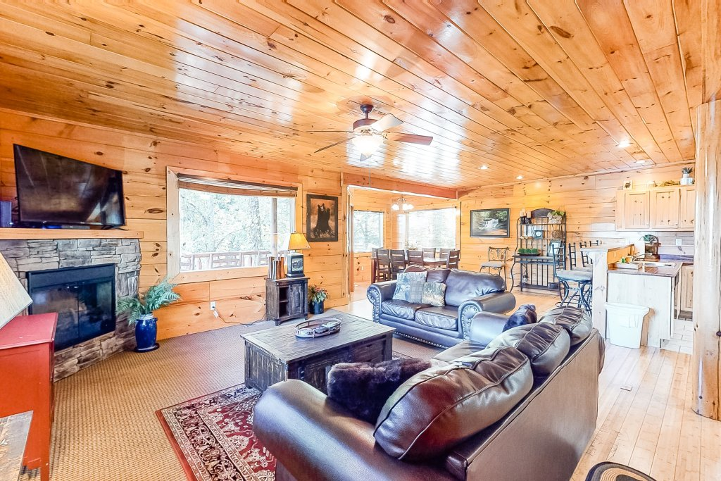 Photo of a Sevierville Cabin named Two Feathers - This is the first photo in the set.