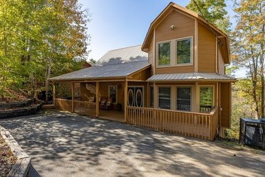 3 Bedroom, 2.5 Bath Cabin For 8 With A Hot Tub. Private Yet Close To Town.