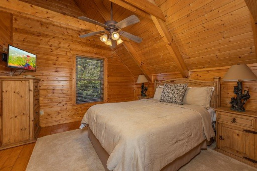 Photo of a Pigeon Forge Cabin named Red Cedar Lodge - This is the nineteenth photo in the set.