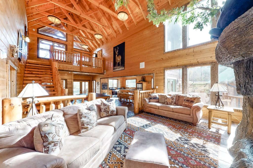 Photo of a Gatlinburg Cabin named Splashing Treehouse - This is the first photo in the set.