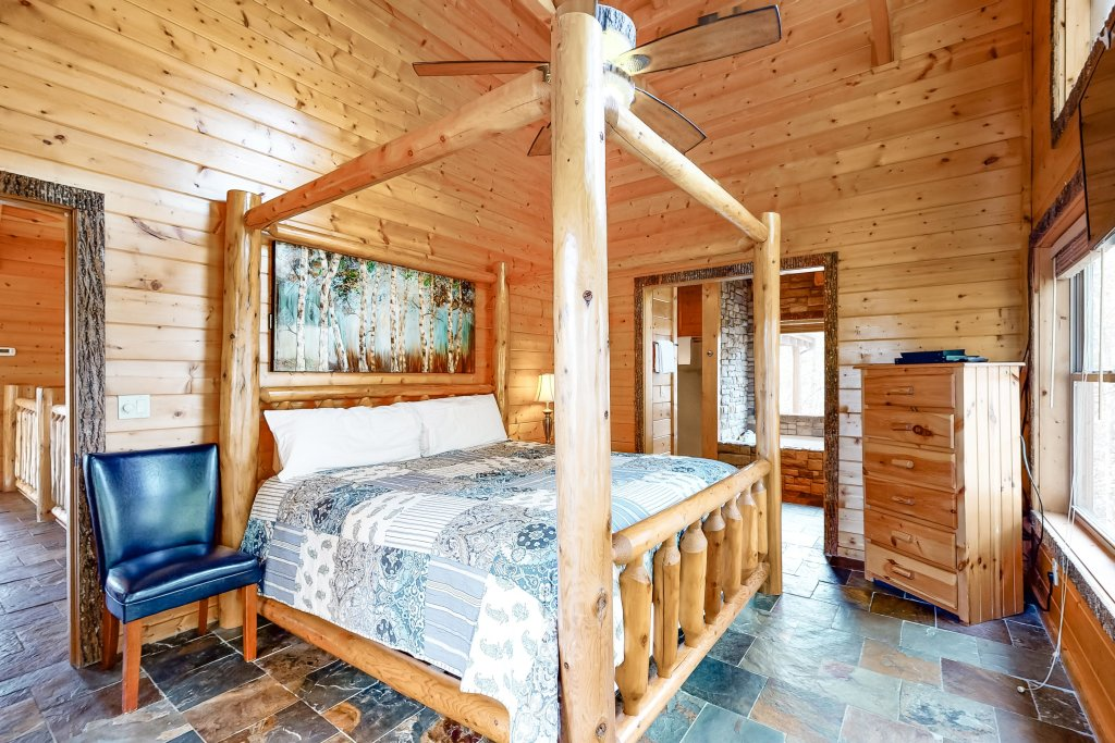 Photo of a Gatlinburg Cabin named Splashing Treehouse - This is the thirteenth photo in the set.