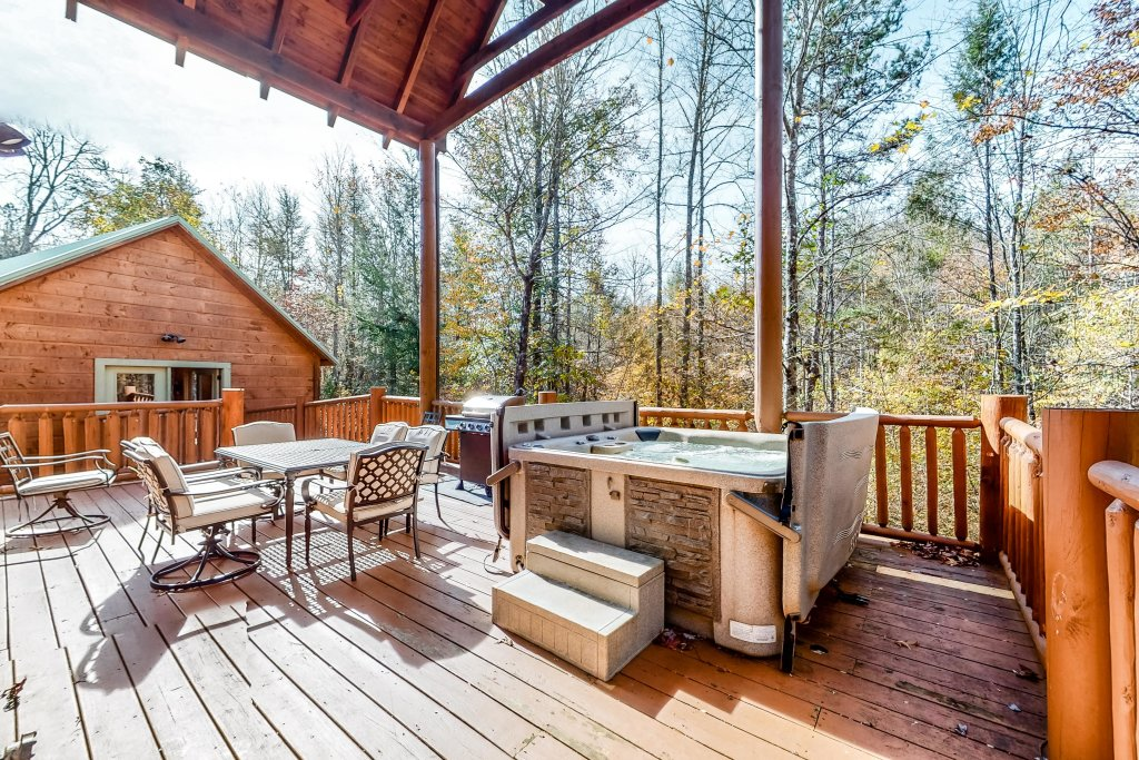 Photo of a Gatlinburg Cabin named Splashing Treehouse - This is the nineteenth photo in the set.