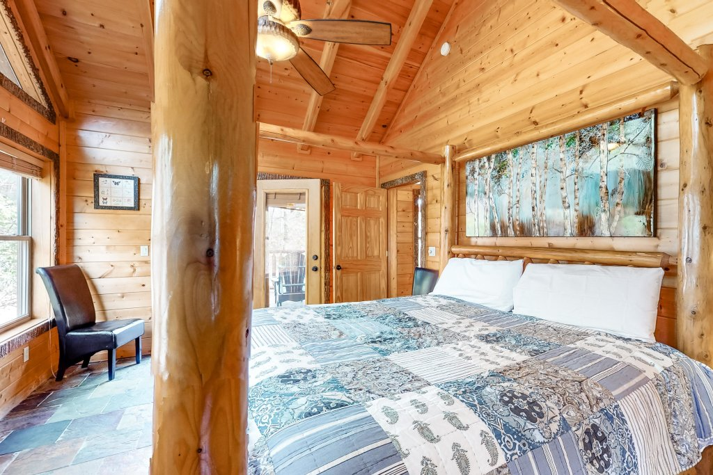 Photo of a Gatlinburg Cabin named Splashing Treehouse - This is the fourteenth photo in the set.