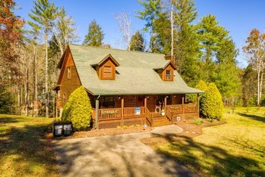 A 5 Bedroom, 4 Bath, Luxury Cabin For 21 With Great Game Room & Large Yard.