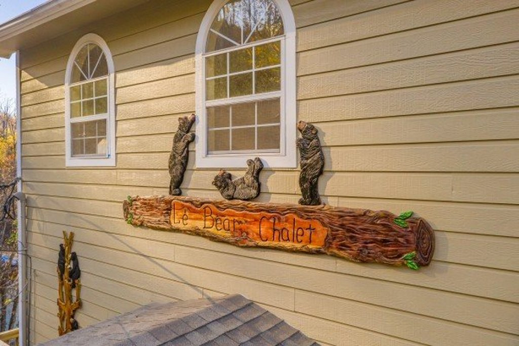 Photo of a Gatlinburg Cabin named Le Bear Chalet - This is the forty-eighth photo in the set.