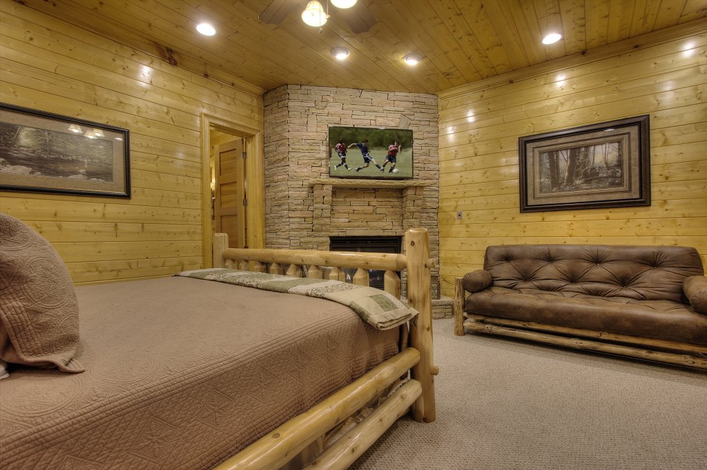 Photo of a Pigeon Forge Cabin named Birds Creek Mansion #650 - This is the thirty-fifth photo in the set.