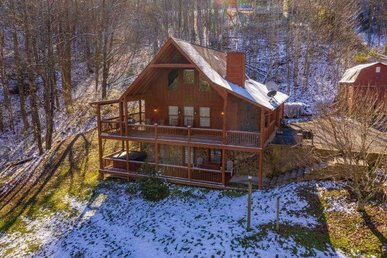 A 3 Bedroom, 3 Bath, Deluxe Cabin For 10 With Level Parking & A Large Yard.