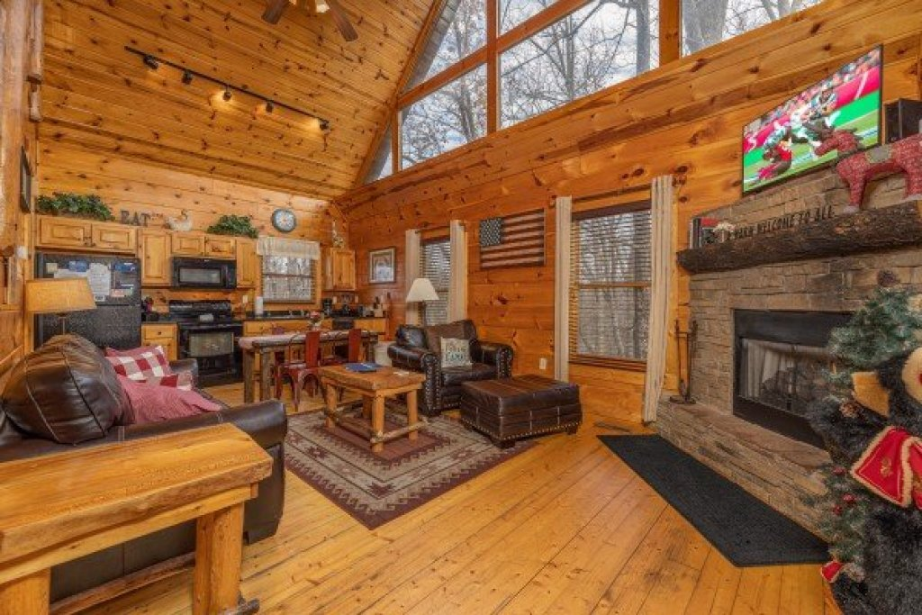 Photo of a Gatlinburg Cabin named Dragonfly - This is the second photo in the set.