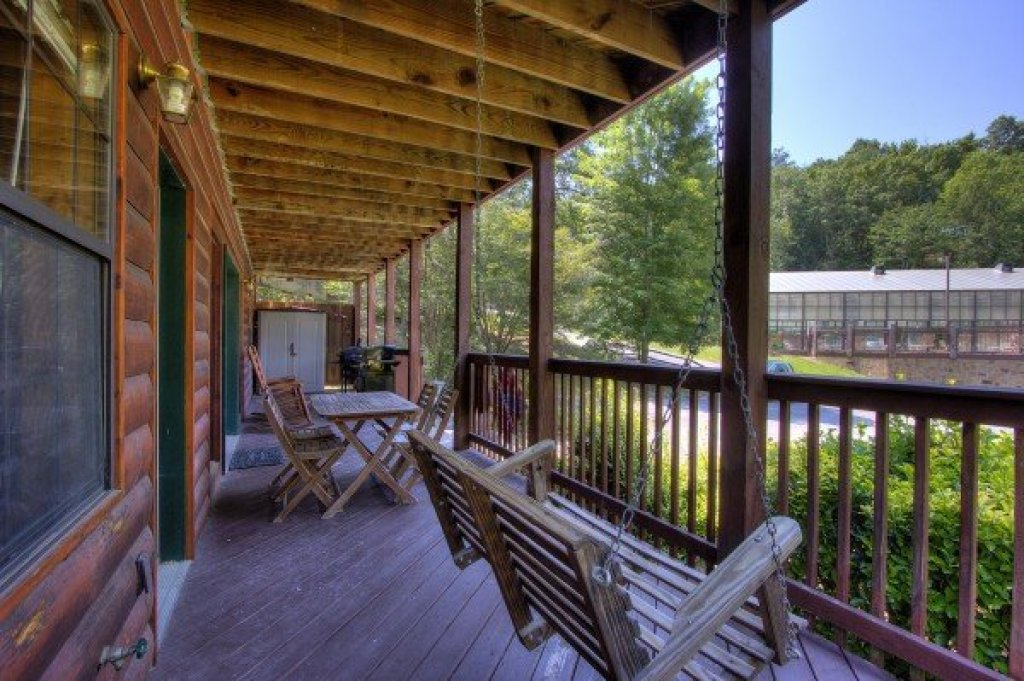Photo of a Pigeon Forge Cabin named Pool Side Lodge - This is the ninth photo in the set.