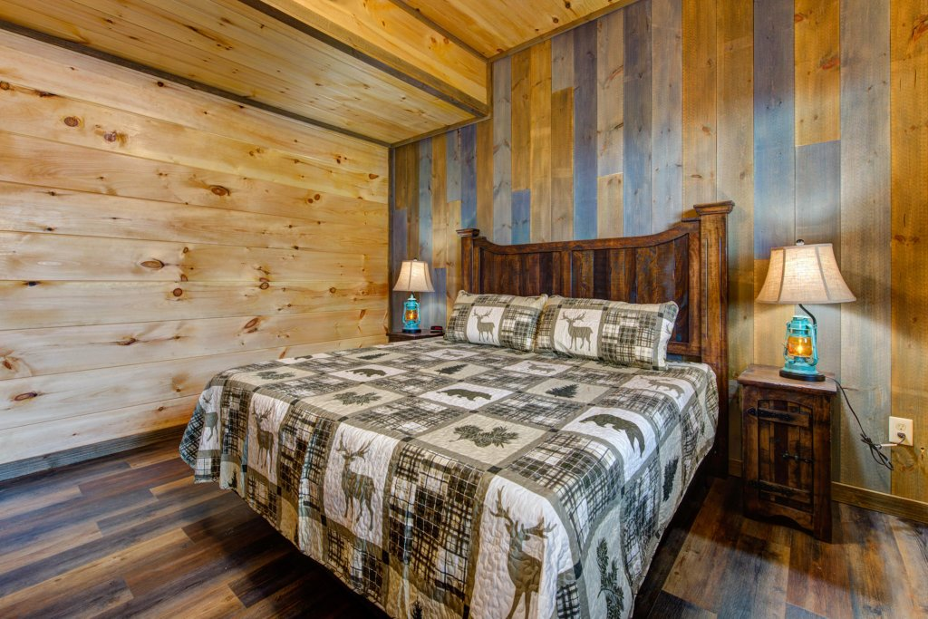 Photo of a Sevierville Cabin named Bearfoot Landing - This is the fourteenth photo in the set.