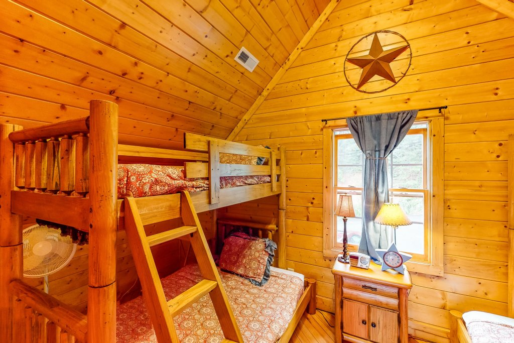 Photo of a Gatlinburg Cabin named Sugar Bear Retreat - This is the fourteenth photo in the set.