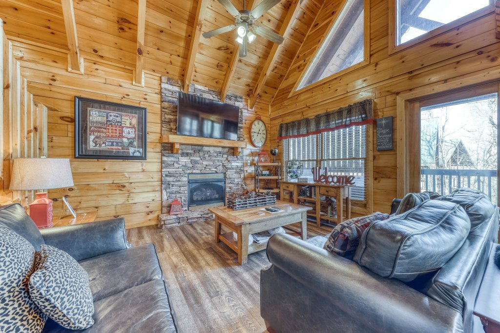 Photo of a Pigeon Forge Cabin named Holly Berry - This is the second photo in the set.