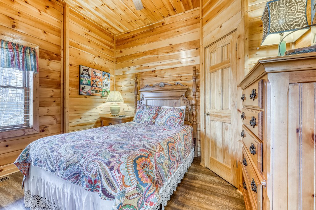 Photo of a Pigeon Forge Cabin named Holly Berry - This is the twenty-fifth photo in the set.