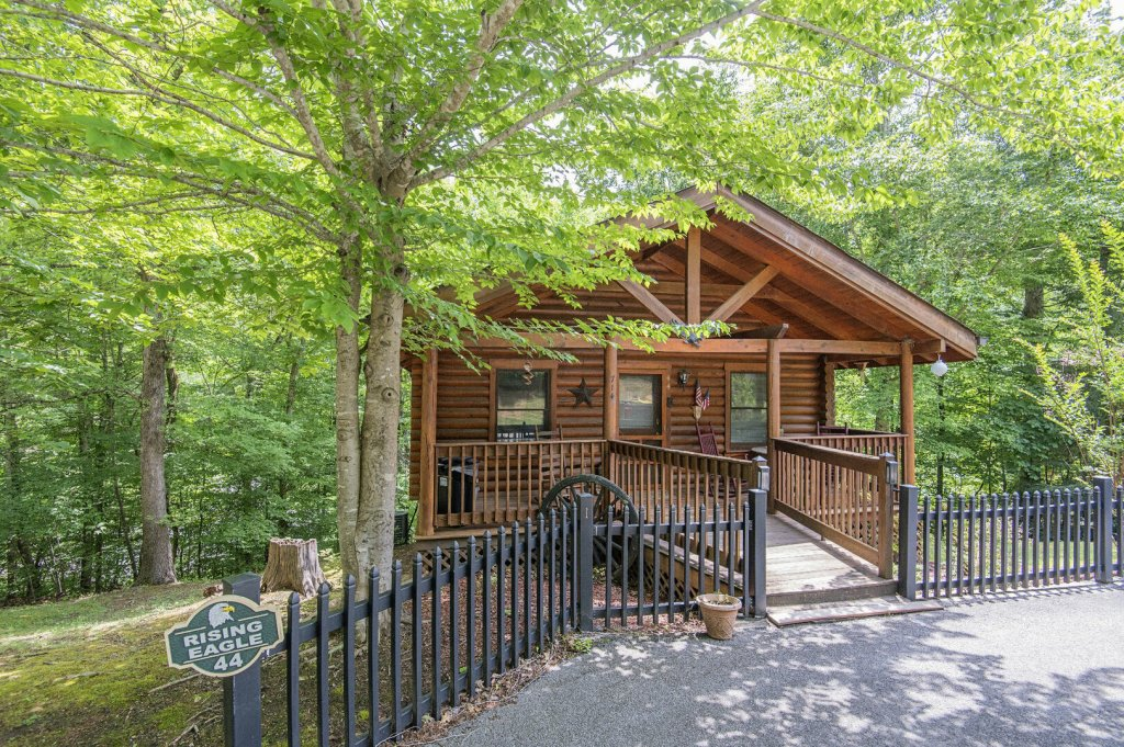 Photo of a Pigeon Forge Cabin named  Rising Eagle - This is the first photo in the set.