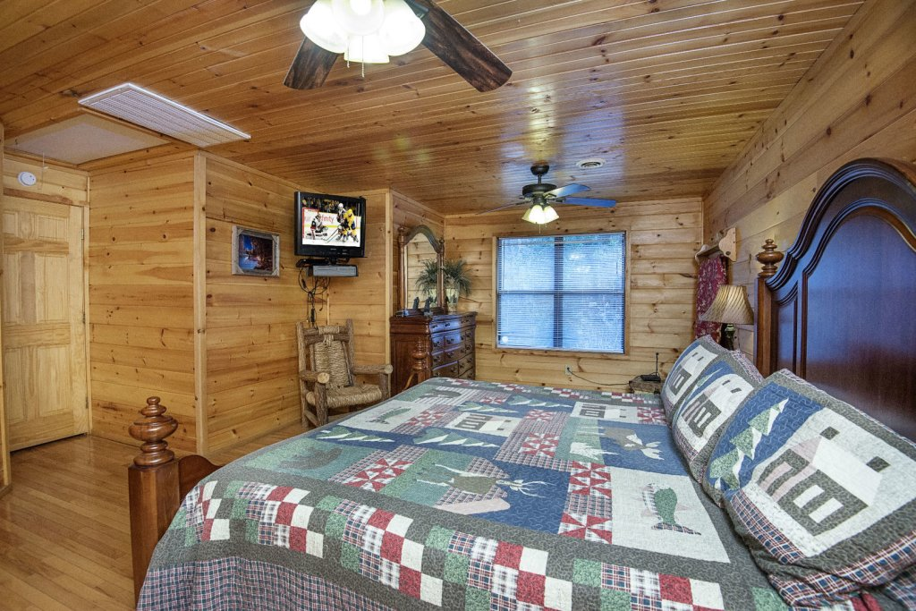Photo of a Gatlinburg Cabin named Homespun Hospitality - This is the fourteenth photo in the set.