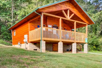 New Pigeon Forge Log Cabin With River Views, Wifi, King Bed Suite!