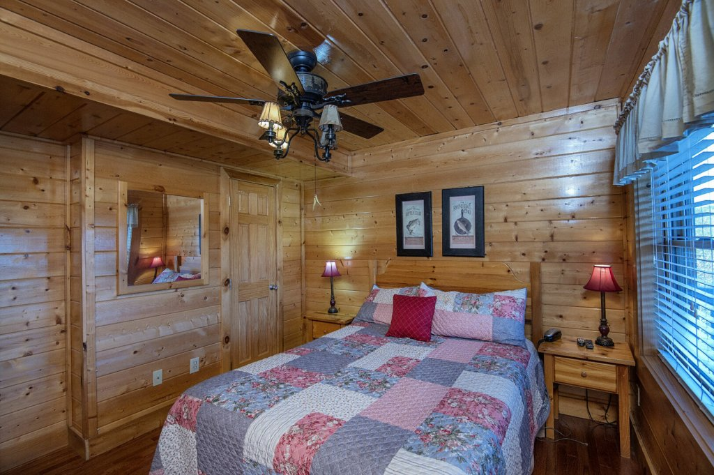 Photo of a Sevierville Cabin named  The Cedars - This is the fourteenth photo in the set.
