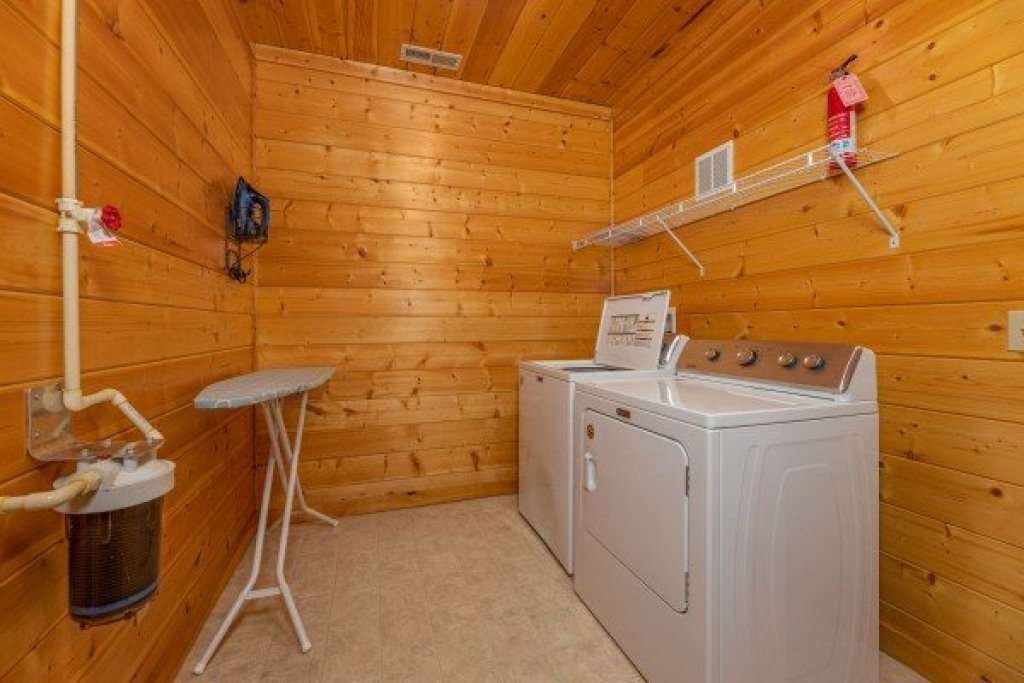 Photo of a Gatlinburg Cabin named Grizzly's Den - This is the thirty-second photo in the set.