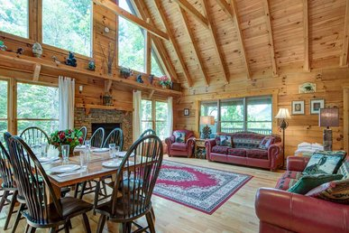 Cozy Bear Lodge, 3 Bedrooms, Private, Near Downtown, Hot Tub, Sleeps 12