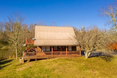 A 3 Bedroom, 2 Bath Deluxe Cabin For 8. Semi-secluded On 2+ Wooded Acres.
