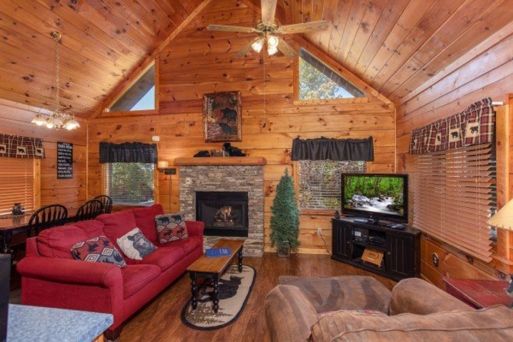 Photo of a Pigeon Forge Cabin named Another Day In Bearadise - This is the fifth photo in the set.
