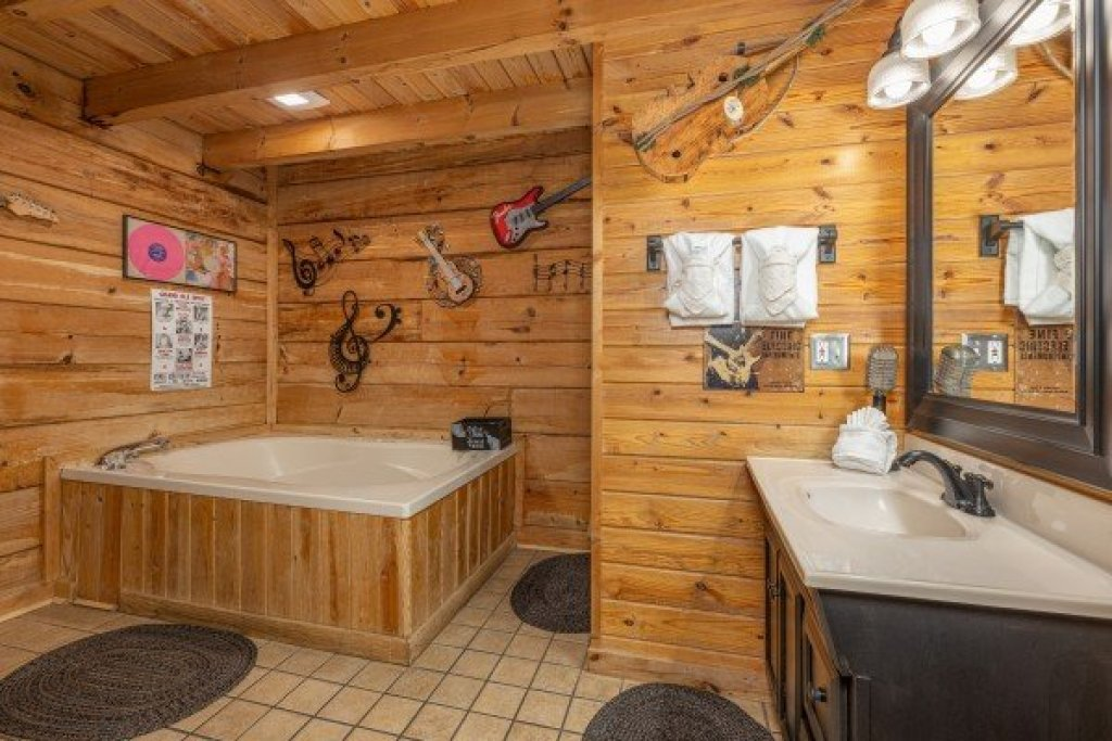 Photo of a Pigeon Forge Cabin named Leconte Nirvana - This is the twelfth photo in the set.