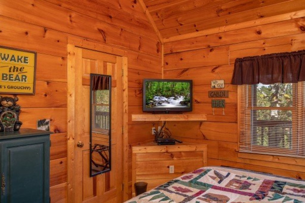 Photo of a Pigeon Forge Cabin named Another Day In Bearadise - This is the tenth photo in the set.