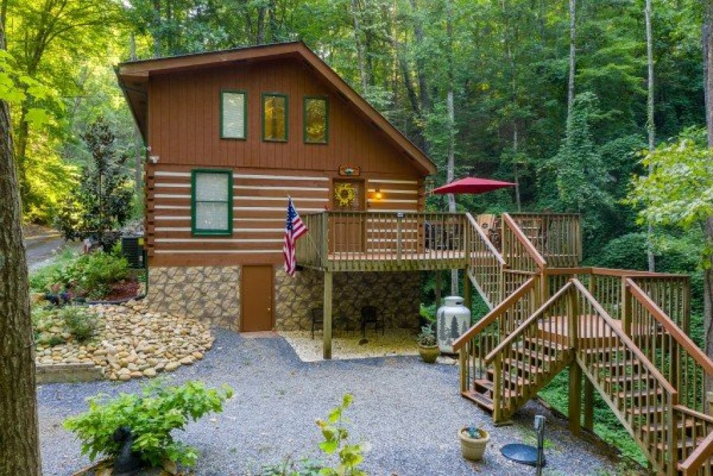 Photo of a Sevierville Cabin named Cabin By The Creekside - This is the second photo in the set.