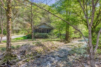 2 Bedroom Stream Cabin With A Bonus Bunk Bed Room Located In Wears Valley!