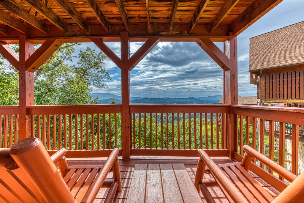 Photo of a Pigeon Forge Cabin named Champion's Run - This is the first photo in the set.