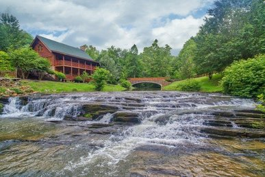 6 Bedroom, 4 Bath Luxury Creekside Cabin With A Hot Tub And Arcade Games.