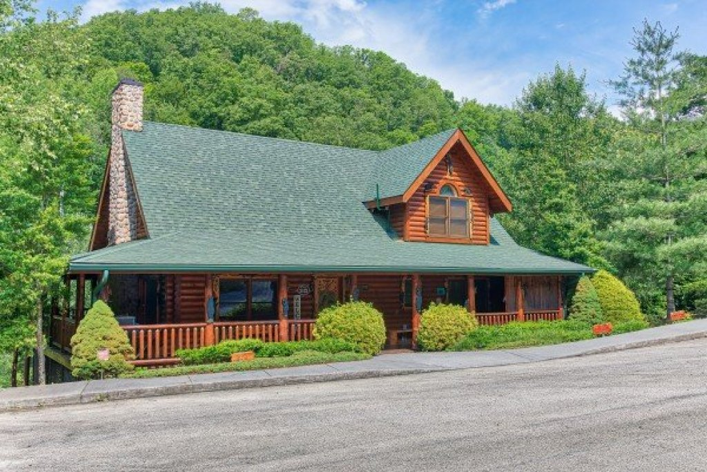 Photo of a Sevierville Cabin named Creekside Lodge - This is the third photo in the set.